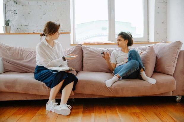 ibu dan anak sedang berbincang-bincang