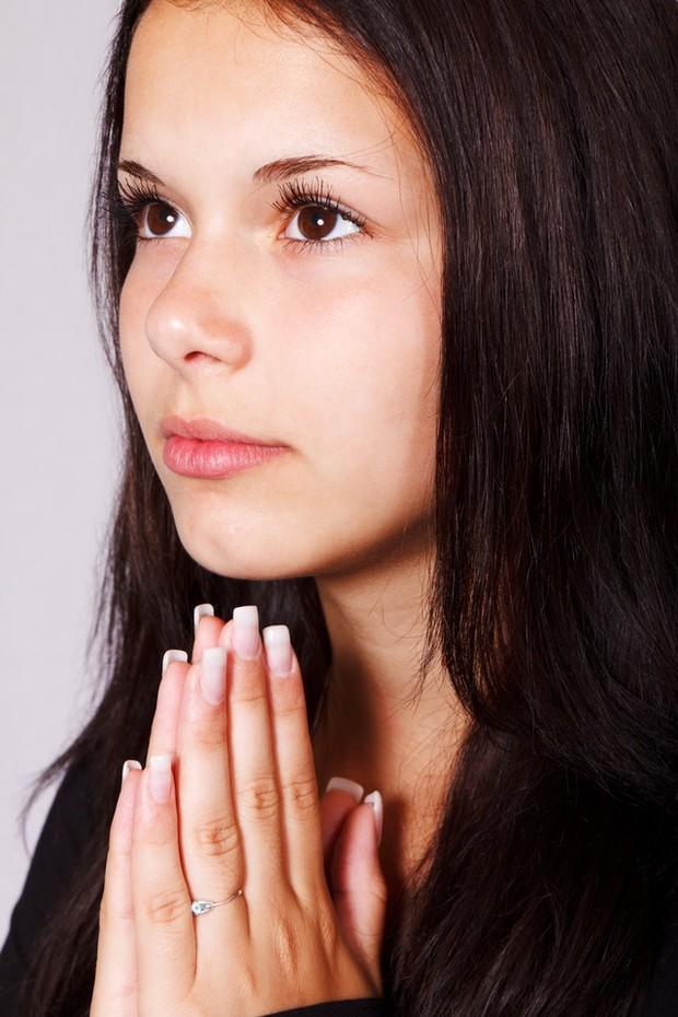 wanita sedang berdoa
