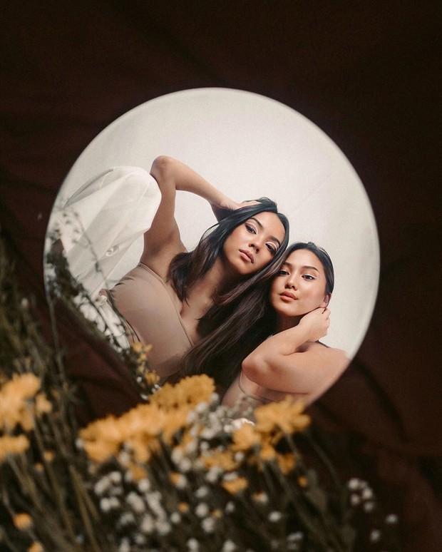 Photoshoot di rumah lebih kreatif dengan memanfaatkan cermin