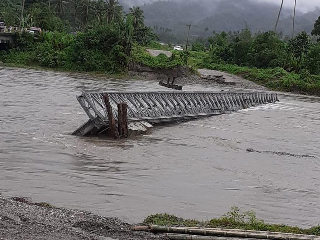 Jembatan Penghubung 3 Kabupaten di Maluku Ambruk Diterjang Arus Sungai