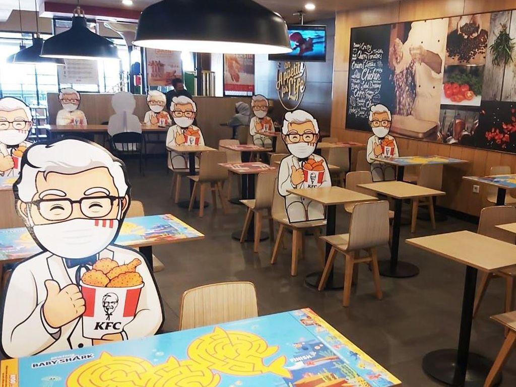 Kini Makan Ayam Goreng di KFC Selalu Ditemani Colonel Sanders