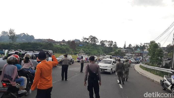 Gugus Tugas Percepatan Penanganan Covid-19 Provinsi Jabar bersama Pemkab Bogor menggelar tes rapid massal di kawasan wisata Puncak, Bogor, Sabtu (20/6).