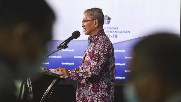 Juru bicara pemerintah untuk penanganan COVID-19 Achmad Yurianto menyampaikan laporan perkembangan kasus COVID-19 di Graha BNPB, Jakarta, Kamis (18/6/2020). Achmad Yurianto menyatakan hingga Kamis (18/6) pukul 12.00, jumlah kasus terkonfirmasi positif COVID-19 di Indonesia bertambah 1.331 orang sehingga bertotal 42.762 orang sementara jumlah total pasien sembuh menjadi 16.798 orang dan total kasus kematian menjadi 2.339 orang. ANTARA FOTO/Hafidz Mubarak A/aww.