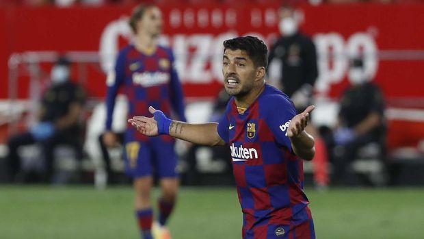 Barcelona's Luis Suarez gestures during the Spanish La Liga soccer match between Sevilla and FC Barcelona at the Ramon Sanchez-Pizjuan stadium in Seville, Spain, Friday, June 19, 2020. (AP Photo/Angel Fernandez)