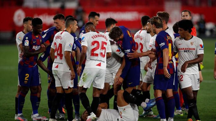 SEVILLE, SPAIN - JUNE 19: Sevilla and Barcelona react after a clash between Lionel Messi of Barcelona and Diego Carlos of Sevilla during the Liga match between Sevilla FC and FC Barcelona at Estadio Ramon Sanchez Pizjuan on June 19, 2020 in Seville, Spain. (Photo by Fran Santiago/Getty Images)
