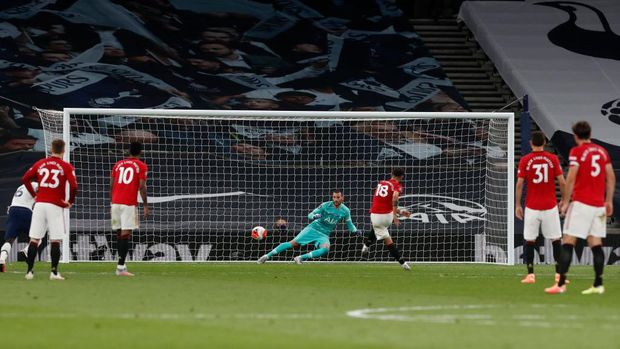 LONDON, ENGLAND - JUNE 19:  Bruno Fernandes scores his sides first goal from the penalty spot during the Premier League match between Tottenham Hotspur and Manchester United at Tottenham Hotspur Stadium on June 19, 2020 in London, England. (Photo by Matt Childs/ Pool via Getty Images)