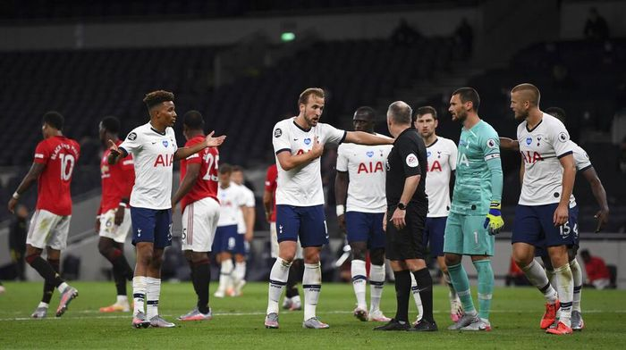 Tottenham players appeal to referee Jonathan Moss after he awarded a penalty to Manchester United during the English Premier League soccer match between Tottenham Hotspur and Manchester United at Tottenham Hotspur Stadium in London, England, Friday, June 19, 2020. Penalty was then over-ruled in a VAR decision. (AP Photo/Shaun Botterill, Pool)