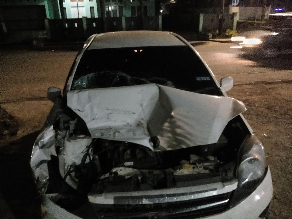 Panik Dipepet 3 Pria Bermotor, Wanita Pacu Mobil dan Tabrak Kontainer di Gowa