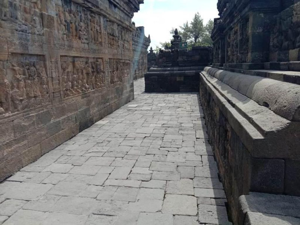 Merapi Erupsi Lagi, BKB Bersihkan Abu di Candi Borobudur