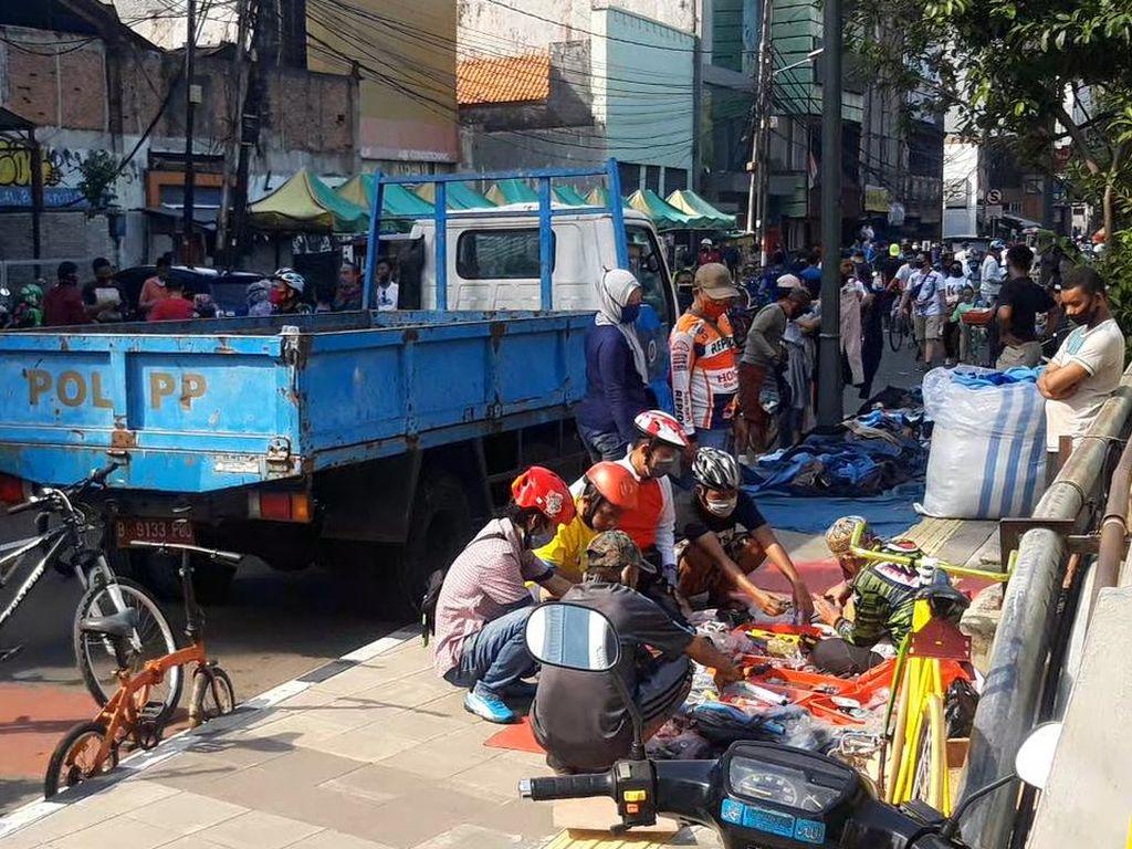 Belum Boleh Berjualan, PKL Menjamur di Jalan Blora
