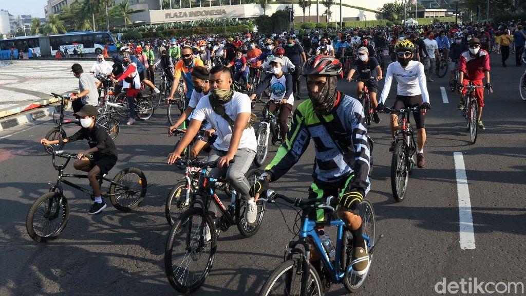 CFD Dibuka Lagi, Warga Ramai-ramai Bersepeda di Bundaran HI