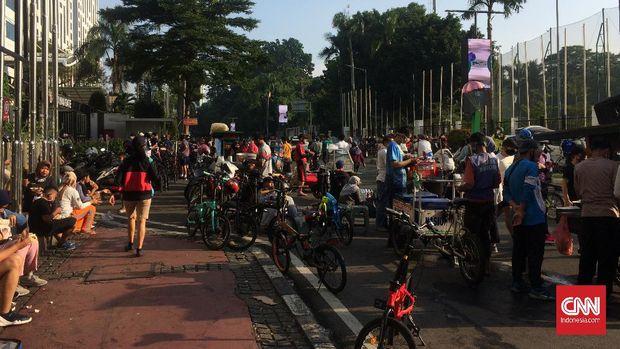 Suasana Car Free Day (CFD) pertama DKI Jakarta di tengah pandemi virus corona, Minggu (21/6).