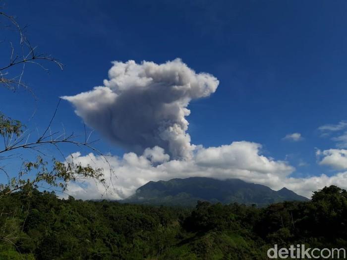 Gunung Merapi erupsi dilihat dari Desa Sruni, Kecamatan Musuk, Boyolali pada pukul 09.13 WIB, Minggu (21/6/2020).