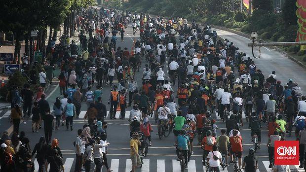 Kegiatan hari bebas kendaraan bermotor atau car free day (CFD) di Jakarta kembali dibuka. Minggu (21/6/2020). Pembukaan kembali CFD ini diiringi dengan sejumlah protokol kesehatan. CNN Indonesia/Andry Novelino