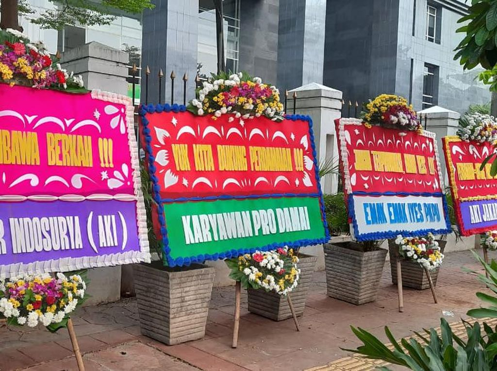 Banjir Karangan Bunga di Sidang Perdana PKPU Koperasi Indosurya