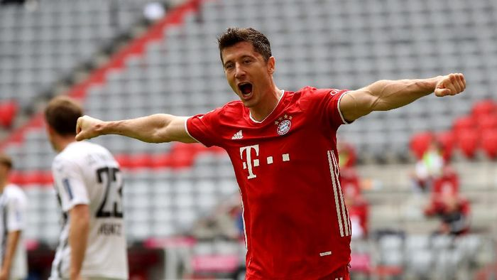 MUNICH, GERMANY - JUNE 20: Robert Lewandowski of Bayern Muenchen celebrates after he heads his teams 2nd goal during the Bundesliga match between FC Bayern Muenchen and Sport-Club Freiburg at Allianz Arena on June 20, 2020 in Munich, Germany. (Photo by Alexander Hassenstein/Getty Images)