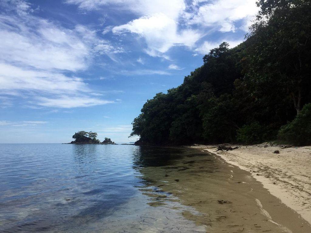 Pantai Pasir Putih Perawan di Polman