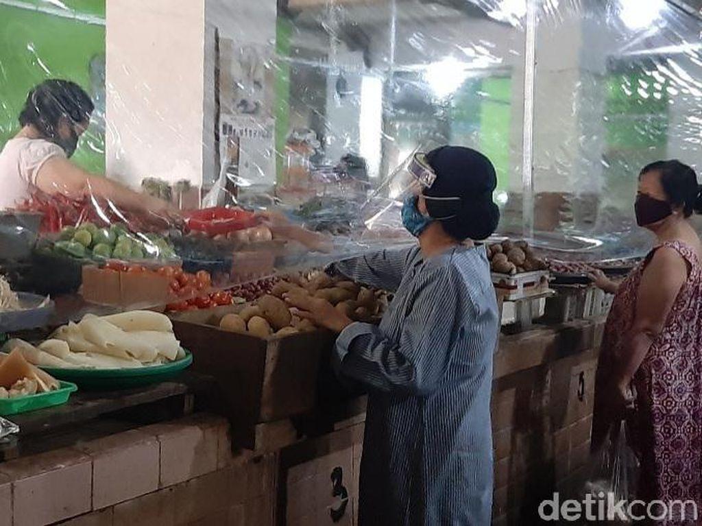 21 Pasar di Surabaya Dilengkapi Tirai Plastik Sambut New Normal