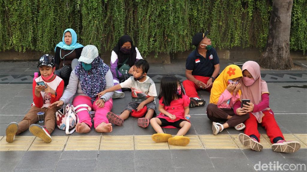 Potret Anak-anak Wara-wiri di CFD Jakarta