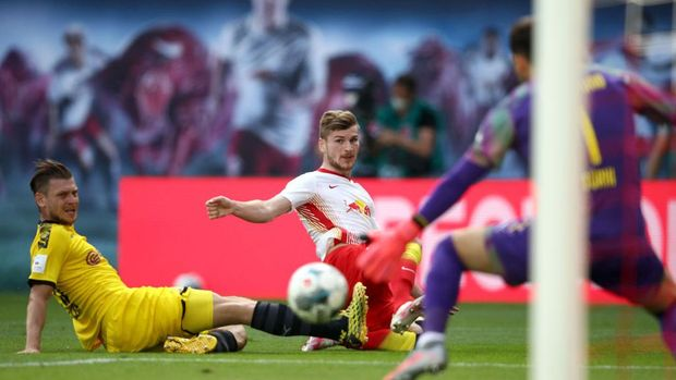 LEIPZIG, GERMANY - JUNE 20: Lukasz Piszczek of Borussia Dortmund tries to block Timo Werner of RB Leipzig during the Bundesliga match between RB Leipzig and Borussia Dortmund at Red Bull Arena on June 20, 2020 in Leipzig, Germany. (Photo by Maja Hitij/Getty Images)