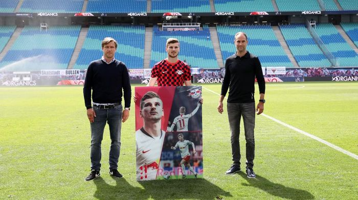 LEIPZIG, GERMANY - JUNE 20: Sports director Markus Kroesche (L) and Managing director Oliver Mintzlaff (R) wish farewell to Timo Werner of RB Leipzig ahead the Bundesliga match between RB Leipzig and Borussia Dortmund at Red Bull Arena on June 20, 2020 in Leipzig, Germany. (Photo by Maja Hitij/Getty Images)