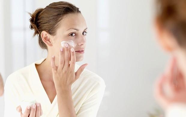 Memakai pelembab wajah berbahan dasar alami saat hamil sangat penting untuk menghidrasi kulit.