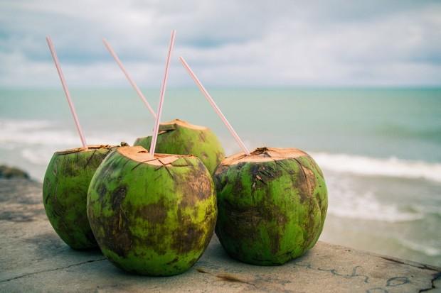 Konsumsi air kelapa ampuh menghilangkan noda bekas jearwat