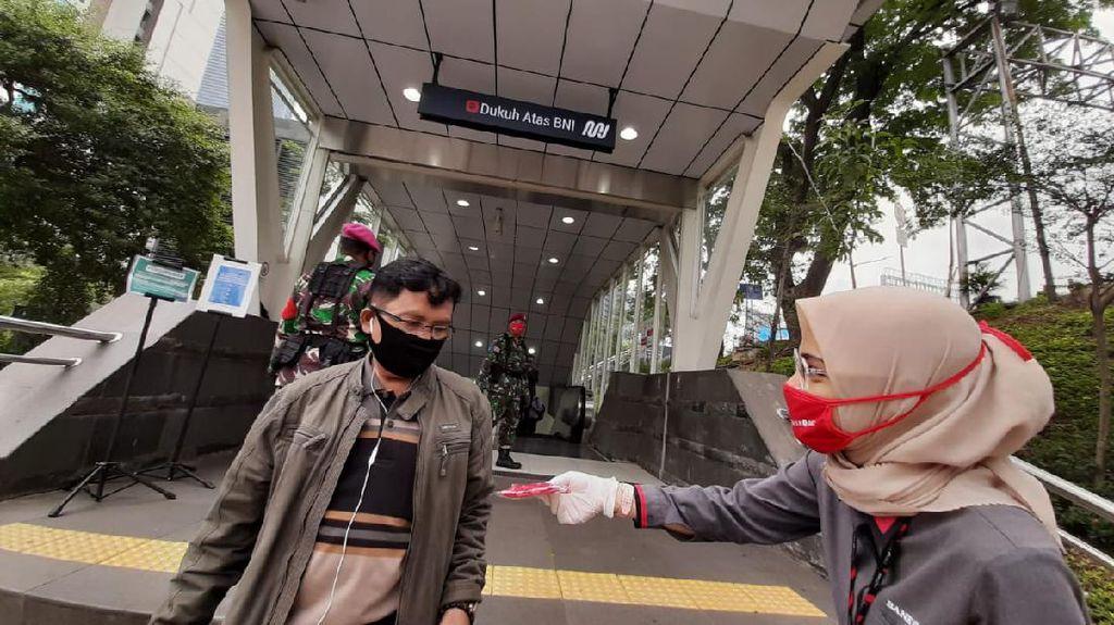 Bagi-bagi Masker Gratis di HUT DKI