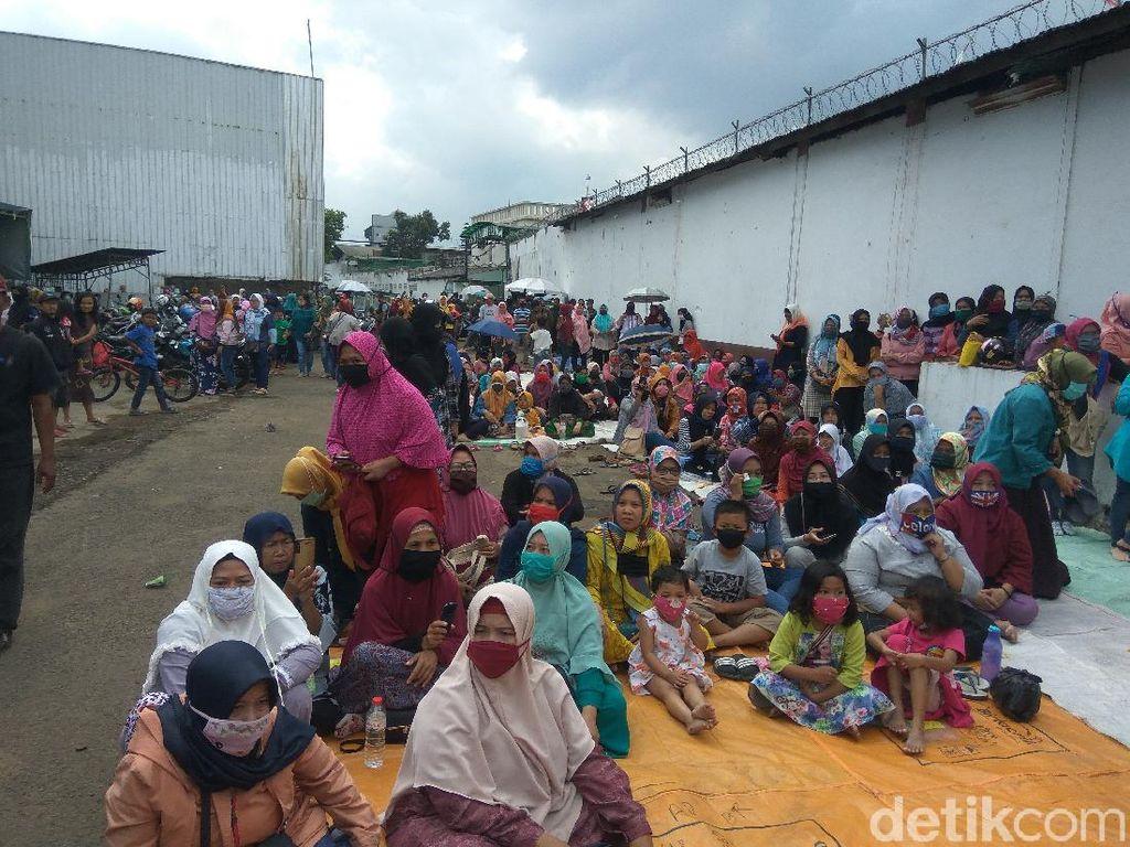 Gaji dan Pesangon 2 Tahun Belum Dibayar, Ribuan Buruh Garmen di Cimahi Demo