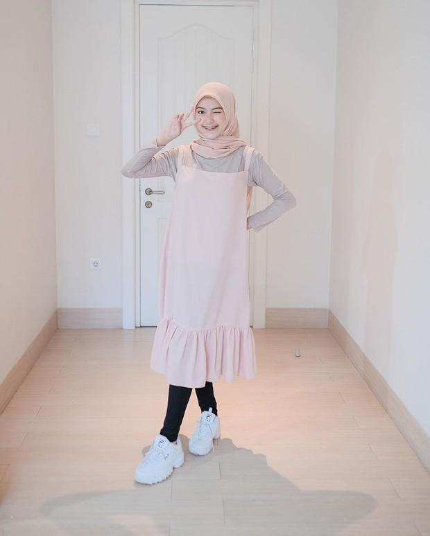 Mix and match stocking dan overall dress dapat membuat penampilan terlihat trendi seperti hijabers.