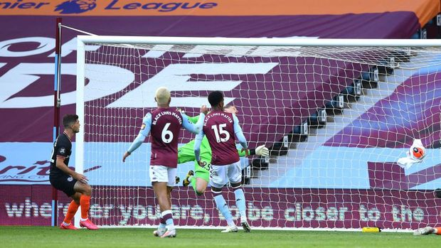 BIRMINGHAM, ENGLAND - JUNE 21: Christian Pulisic of Chelsea scores his teams first goal during the Premier League match between Aston Villa and Chelsea FC at Villa Park on June 21, 2020 in Birmingham, England. Football Stadiums around Europe remain empty due to the Coronavirus Pandemic as Government social distancing laws prohibit fans inside venues resulting in all fixtures being played behind closed doors. (Photo by Justin Tallis/Pool via Getty Images)