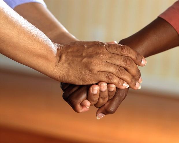 Berbuat kebajikan untuk menolong orang yang membutuhkan.