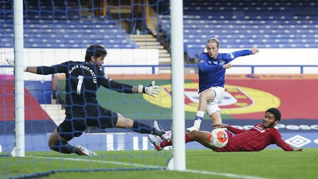Everton's Tom Davies narrowly misses a chance to score during the English Premier League soccer match between Everton and Liverpool at Goodison Park in Liverpool, England, Sunday, June 21, 2020. (AP photo/Jon Super, Pool)