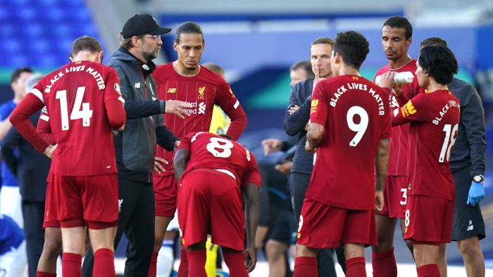 LIVERPOOL, ENGLAND - JUNE 21: Jurgen Klopp, Manager of Liverpool speaks with his team during a drinks break during the Premier League match between Everton FC and Liverpool FC at Goodison Park on June 21, 2020 in Liverpool, England. Football Stadiums around Europe remain empty due to the Coronavirus Pandemic as Government social distancing laws prohibit fans inside venues resulting in all fixtures being played behind closed doors. (Photo by Jon Super/Pool via Getty Images)