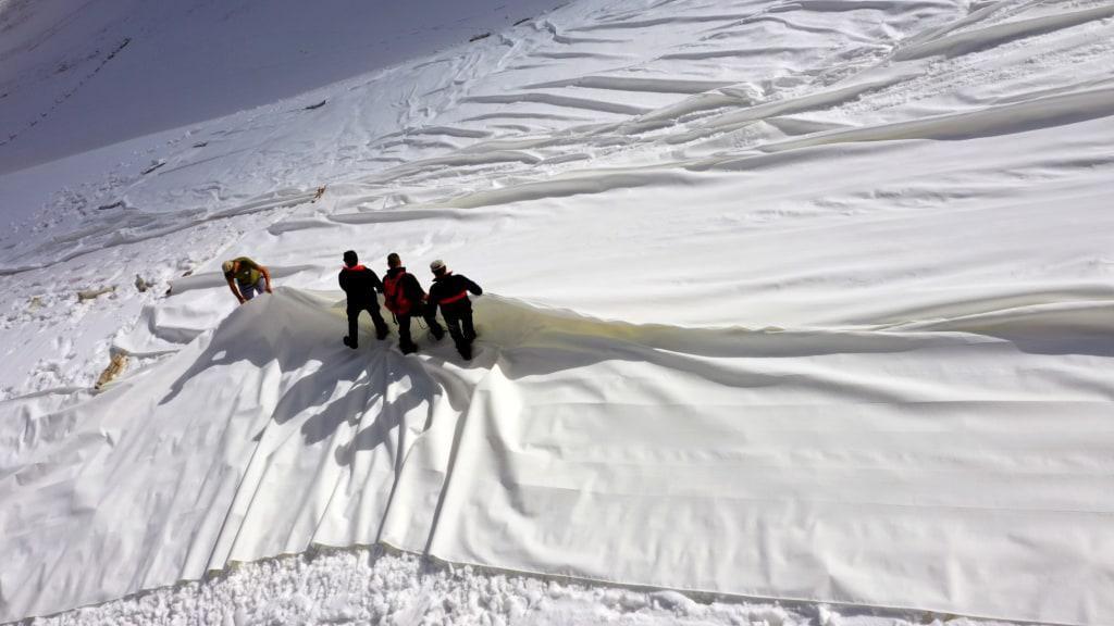 Potret Gletser Italia yang Dipasangi Terpal Berukuran Besar