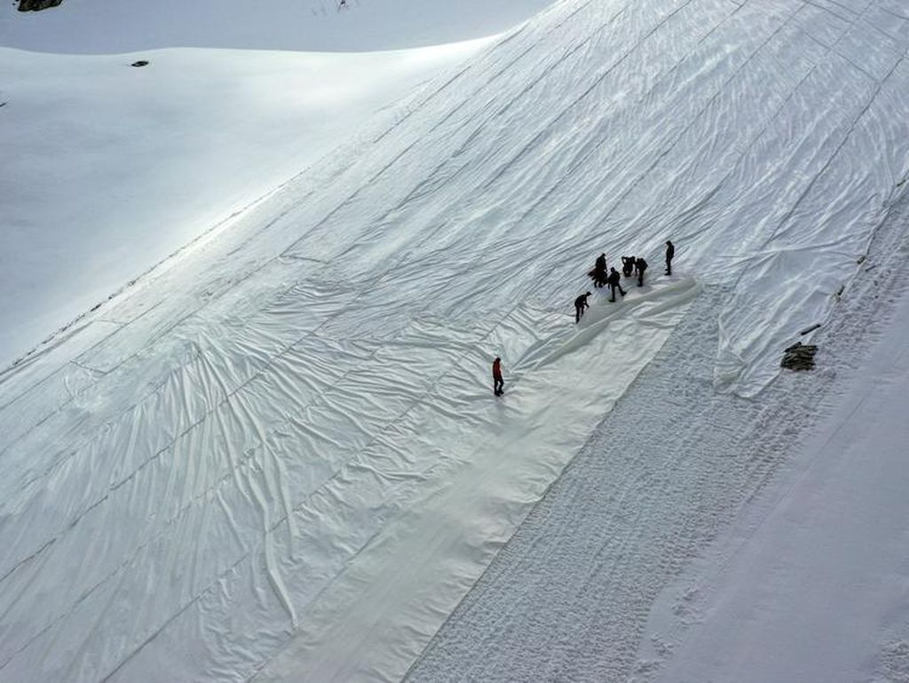 Gletser Presena Mencair, Italia Pasang Terpal Raksasa
