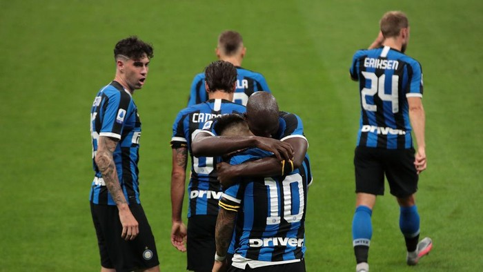 MILAN, ITALY - JUNE 21:  Lautaro Martinez of FC Internazionale celebrates his goal with his team-mate Romelu Lukaku during the Serie A match between FC Internazionale and UC Sampdoria at Stadio Giuseppe Meazza on June 21, 2020 in Milan, Italy.  (Photo by Emilio Andreoli/Getty Images)