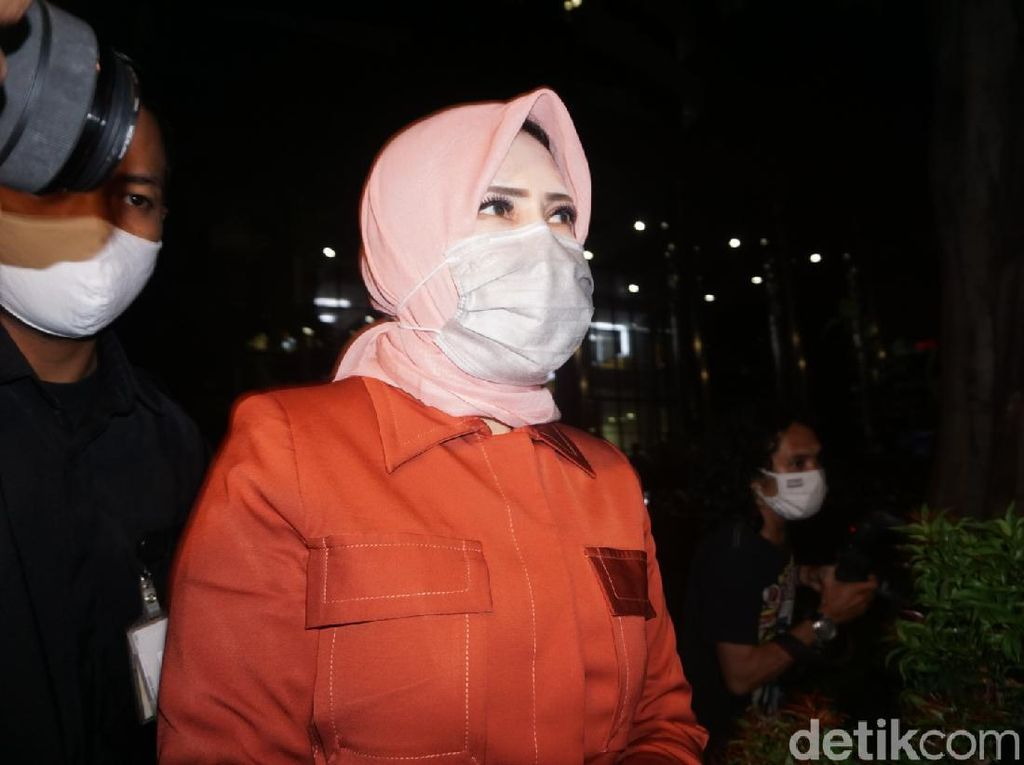 Usai Diperiksa KPK di Kasus Suap-Gratifikasi Rp 46 M, Istri Nurhadi Bungkam