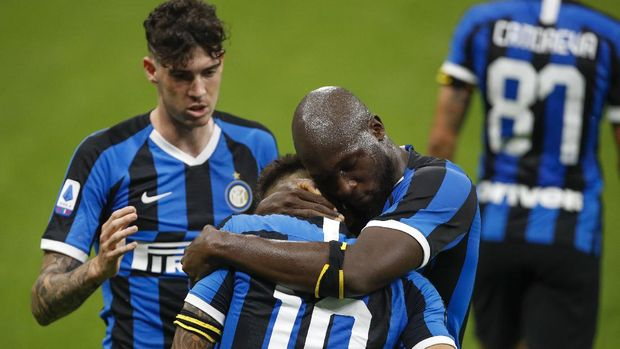Inter Milan's Lautaro Martinez, center, celebrates with his teammates after he scored his side's second goal during the Serie A soccer match between Inter Milan and Sampdoria at the San Siro Stadium, in Milan, Italy, Sunday, June 21, 2020. (AP Photo/Antonio Calanni)