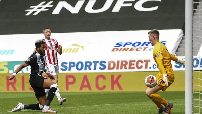 Joelinton scores Newcastles third goal during the English Premier League soccer match between Newcastle United and Sheffield United at St James Park stadium in NewCastle, England, Sunday, June 21, 2020. (Michael Regan/Pool via AP)