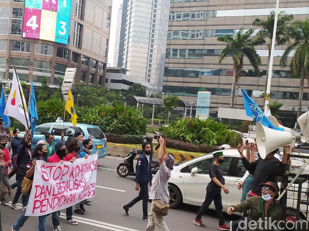 Mahasiswa Lakukan Aksi Long March ke Kemendikbud, Lalu Lintas Tersendat