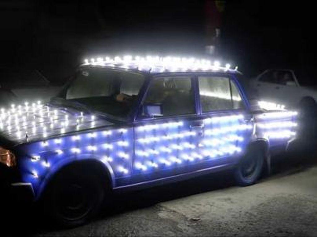 Silau Men, Mobil Ini Dipasangi 300 Buah Lampu LED