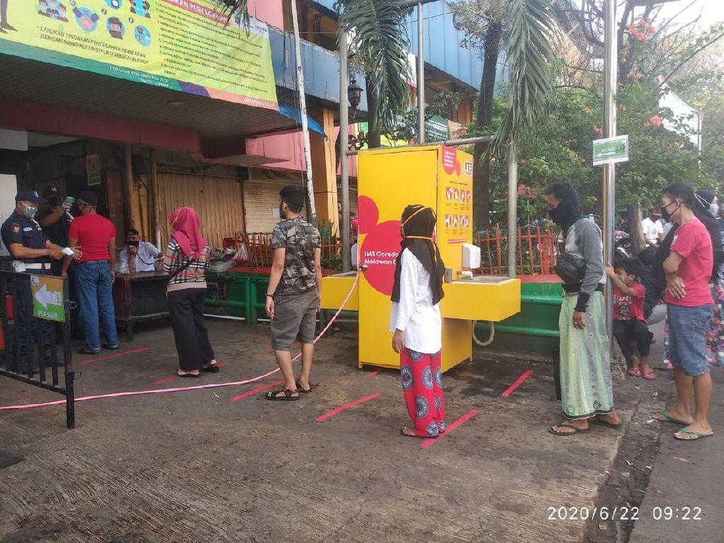 Hari Kedua Dibuka, Pasar Kebayoran Lama Perketat Akses Masuk Cegah Corona