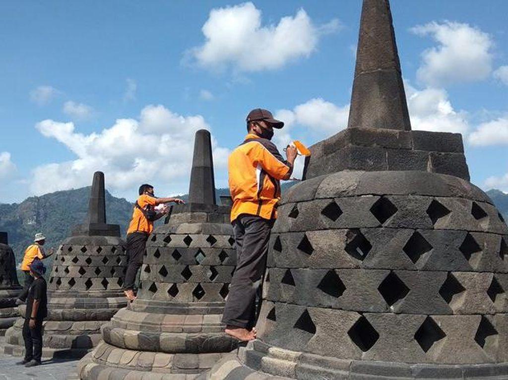 Saat Candi Borobudur Dibersihkan dari Abu Merapi