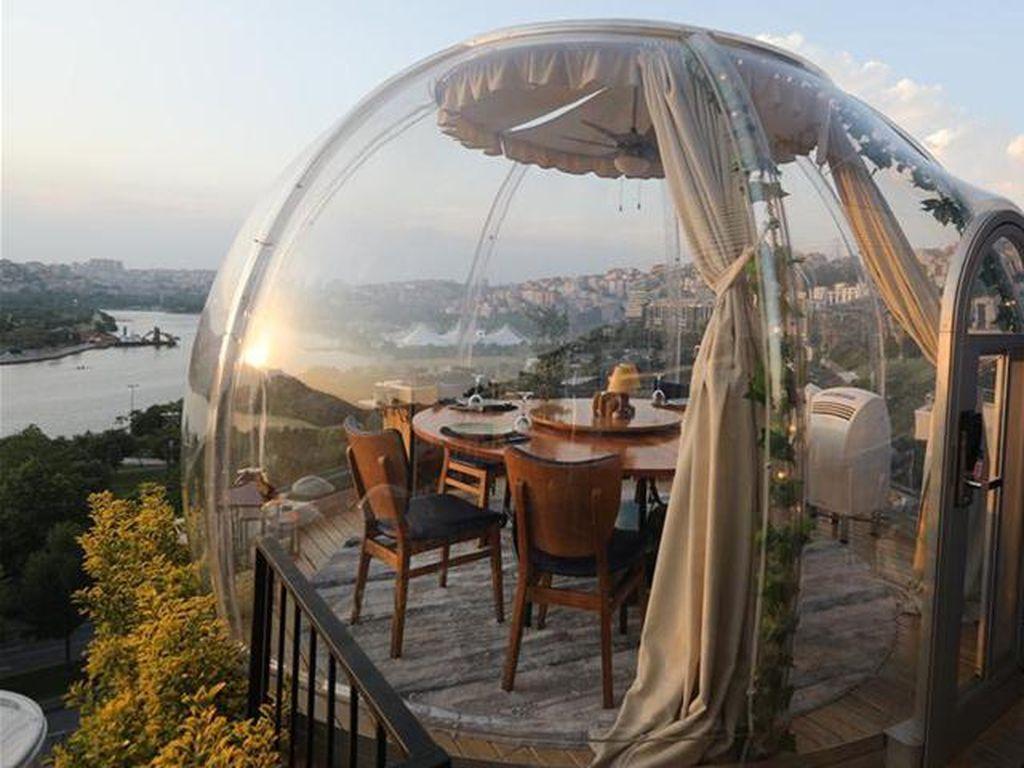 Restoran Ini Sediakan Tabung Balon Transparan untuk Cegah COVID-19