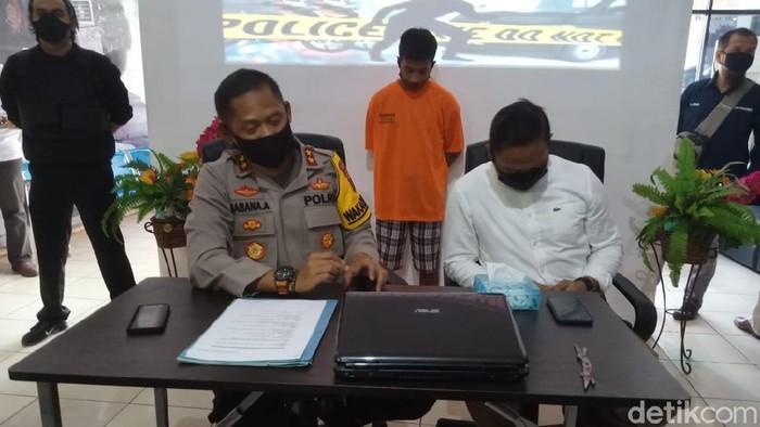 Rizaliansyah alias Rizal (30) tersangka penculikan pria idaman lain istrinya (M Risanta/detikcom)