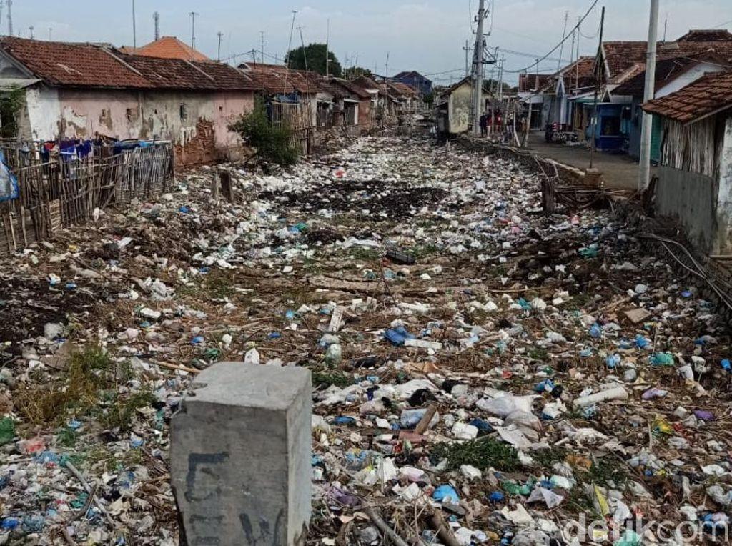 Menjijikkan! Sungai di Pasuruan Ini Penuh Sampah, Ada Kasur hingga Televisi
