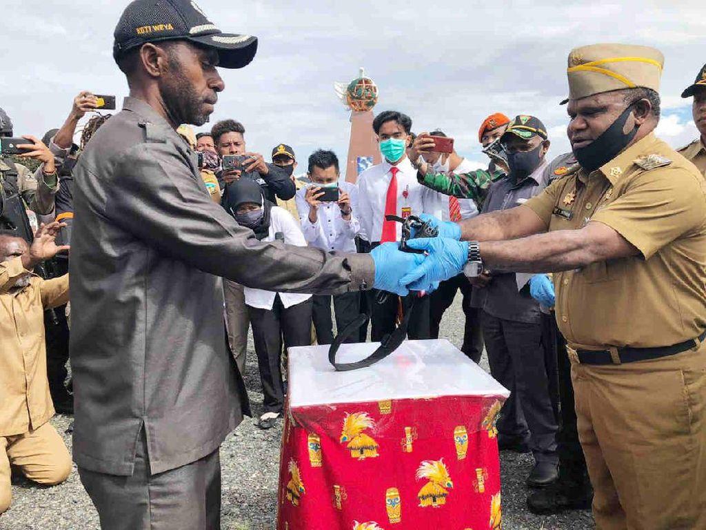 Anggota KKSB Papua Serahkan Senpi dan Nyatakan Kembali ke NKRI