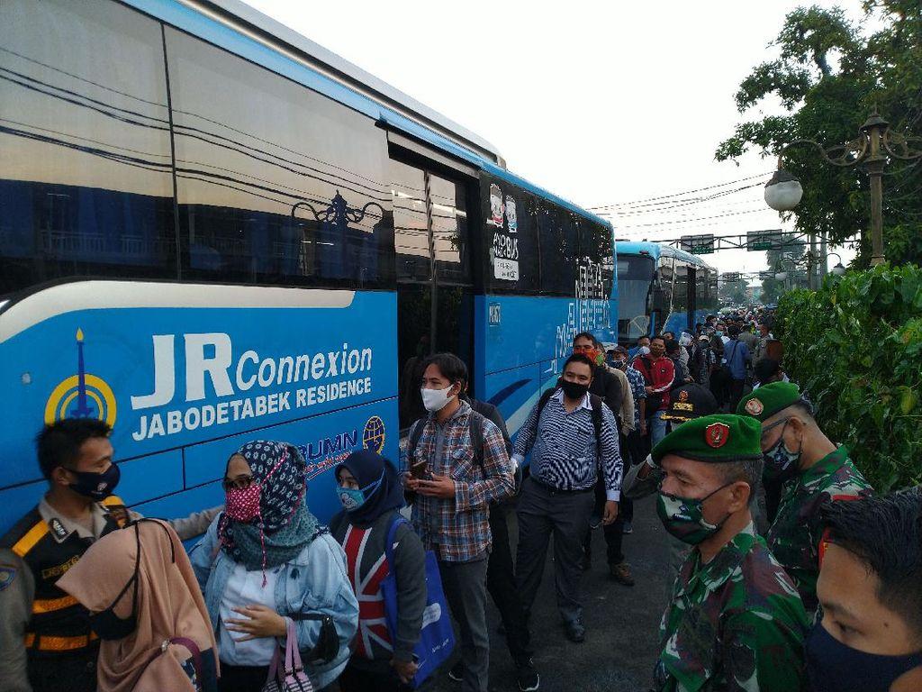 Penumpang Dibatasi, Warga di Stasiun Bogor Antre Naik Bus Gratis ke Jakarta