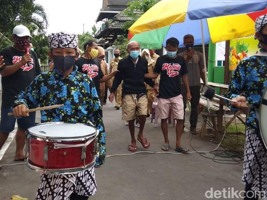 22 Hari Diisolasi di RS Gegara Corona, Kakek Ini Pulang Disambut Drum Band